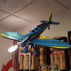 Avión de madera colgante